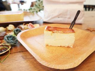 木製のテーブルの上に座っているケーキの写真・画像素材[2808623]