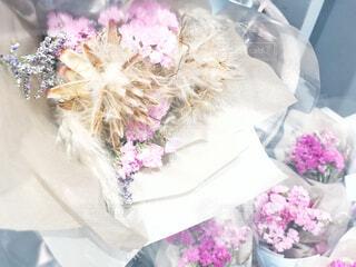 テーブルの上のピンクの花の写真・画像素材[2858486]