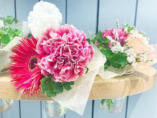テーブルの上の花瓶に花束の写真・画像素材[2858489]