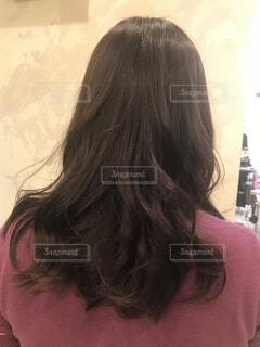 カメラを見ているピンクの髪の女性の写真・画像素材[2895684]