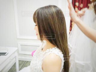 白いドレスを着た女性の写真・画像素材[3027093]