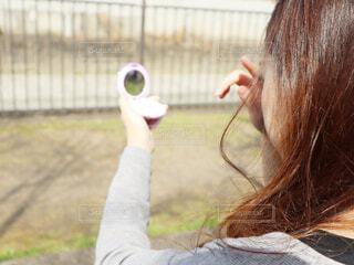 コンパクトを手に持つ女性の写真・画像素材[3045855]