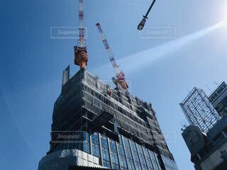 建物の側に時計がある大きな高い塔の写真・画像素材[3083368]