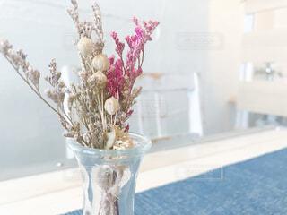 テーブルの上に花の花瓶の写真・画像素材[3265734]