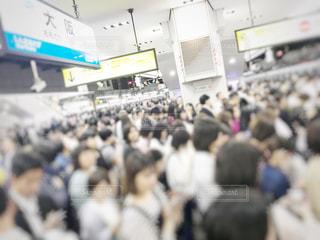 群衆の前に立つ人々のグループの写真・画像素材[3325537]
