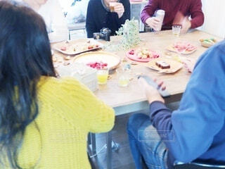 テーブルに座っている人々のグループの写真・画像素材[3654894]