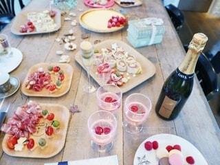 食べ物の皿を持ってテーブルに座っている人々のグループの写真・画像素材[3654902]