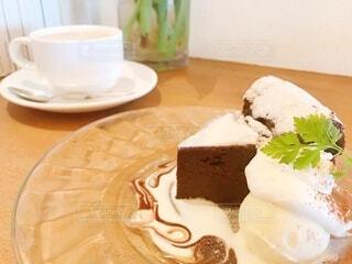 皿の上のケーキの写真・画像素材[3744602]