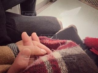 毛布の上に座っている人の写真・画像素材[4208649]