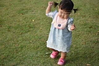 小さな女の子のおさんぽの写真・画像素材[2696757]