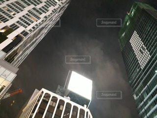 近くに高層ビルの写真・画像素材[1527594]