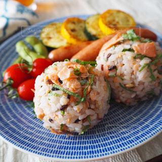 鮭と大葉のおにぎりプレートで朝ごはんの写真・画像素材[1527532]