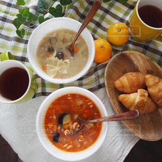 冬の朝 パンとスープの朝食の写真・画像素材[1570855]