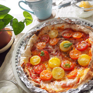 カラフルトマトの水玉ピザの写真・画像素材[1570908]