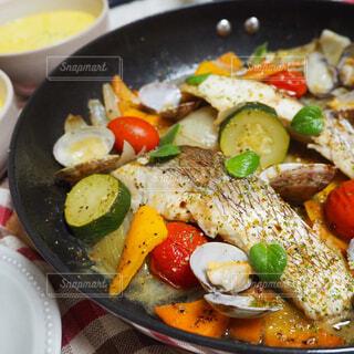 野菜たっぷり!真鯛のアクアパッツァの写真・画像素材[1570915]