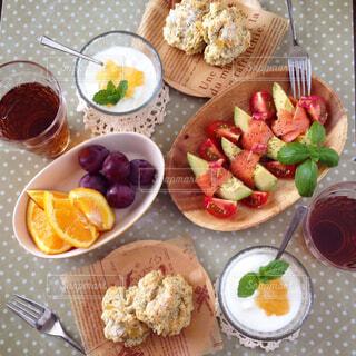 りんごと紅茶のスコーンでオシャレな朝ごはんの写真・画像素材[1571466]