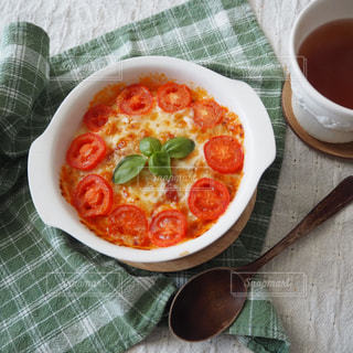 食品とコーヒーのカップのプレートの写真・画像素材[1679413]