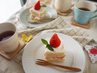 いちごのショートケーキと紅茶の写真・画像素材[1882213]