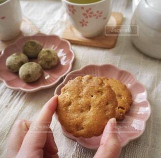 手作りクッキーでティータイムの写真・画像素材[2029753]