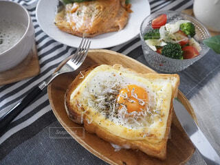 目玉焼きしらすトーストで朝ごはんの写真・画像素材[2076241]