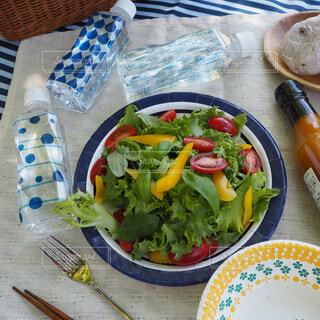 皿の上にある一杯のサラダの写真・画像素材[2096101]