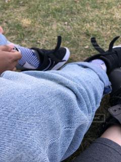 靴を脱ぐのかジーンズを直すのかの写真・画像素材[2088296]