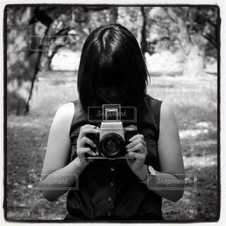 カメラを持つ女性の写真・画像素材[1527598]