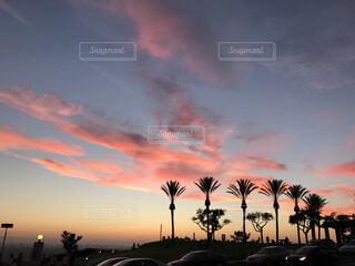 夕焼け空に浮かぶ雲のグループの写真・画像素材[1527902]