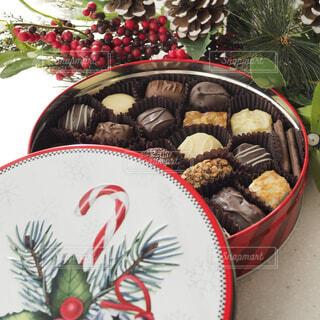 クリスマス缶のチョコレートでティータイムの写真・画像素材[1685048]