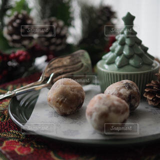 テーブルの上に食べ物のプレートの写真・画像素材[1685513]