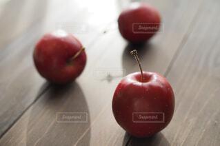 テーブルの上に座って赤いリンゴの写真・画像素材[1686183]