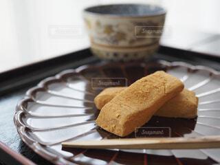 菊皿と和菓子の写真・画像素材[1686189]
