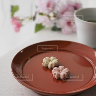 桜のお干菓子でお茶の時間の写真・画像素材[1874212]