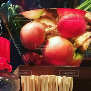 テーブルにフルーツ ボウルの写真・画像素材[1528222]