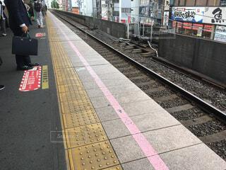 電車の駅で座っている人々 のグループの写真・画像素材[1528733]