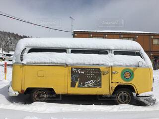 黄色のトラックが雪の中で駐車されています。の写真・画像素材[1603400]
