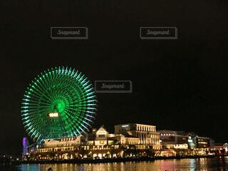 緑の光はバック グラウンドでコスモ時計 21 夜ライトアップします。の写真・画像素材[1606943]