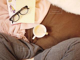 ベッドの上に座っている人の写真・画像素材[1666921]
