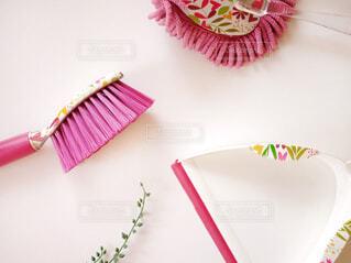 テーブルの上のピンクの花の写真・画像素材[1668062]