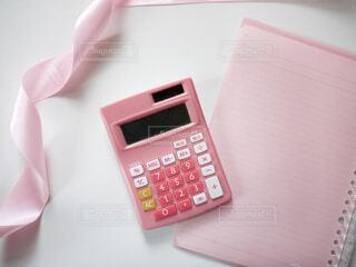 テーブルの上のピンクの携帯電話の写真・画像素材[1674790]