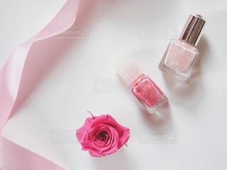 近くにテーブルの上のピンクの花のアップの写真・画像素材[1676604]