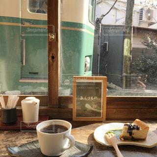 テーブルの上のコーヒー カップの写真・画像素材[1676665]