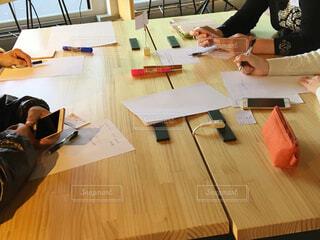 テーブルに座っている人々 のグループの写真・画像素材[1742863]