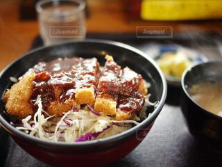 皿の上の食べ物のボウルの写真・画像素材[2373797]