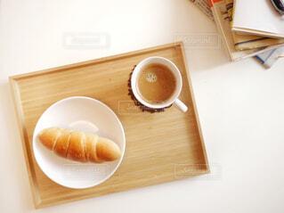 テーブルの上にコーヒーを一杯入れるの写真・画像素材[3225822]