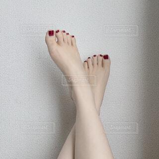 赤いペディキュアの素足の写真・画像素材[1698307]