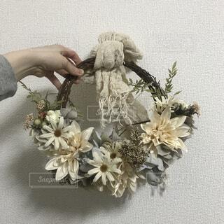 テーブルの上の花の花瓶の写真・画像素材[1698318]