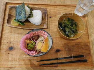 木製のまな板の上の食べ物の写真・画像素材[2444247]