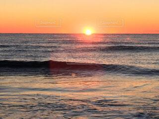 冬の朝、海から昇る太陽の写真・画像素材[1531795]