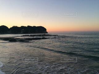 水の体に沈む夕日の写真・画像素材[1531821]